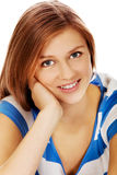 Donna adolescente sorridente che si siede su un pavimento Fotografie Stock