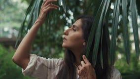 Donna adorabile alla natura da solo video d archivio