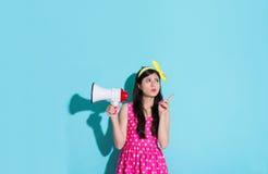 Donna adorabile attraente che fa indicare gesto fotografie stock libere da diritti