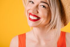 Donna adorabile bionda sorridente dei bei denti Colori caldi di ora legale rossi e gialli Immagine Stock