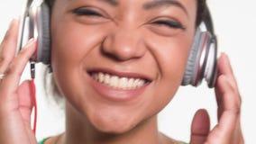 Donna adorabile che ascolta la sua canzone favorita video d archivio