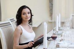 Donna adorabile che fa ordine in ristorante fotografia stock