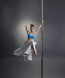 Donna adorabile che posa mentre ballando sul palo fotografia stock libera da diritti