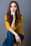 Donna adorabile che si siede sulla sedia Fotografia Stock Libera da Diritti