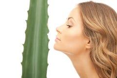 Donna adorabile con aloe vera Fotografia Stock