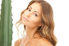 Donna adorabile con aloe vera Immagine Stock