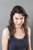 Donna adorabile con capelli fini che sorride esprimendo felicità Fotografie Stock Libere da Diritti
