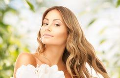 Donna adorabile con il fiore del giglio fotografia stock