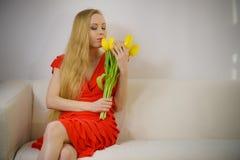 Donna adorabile con il mazzo giallo dei tulipani Fotografie Stock
