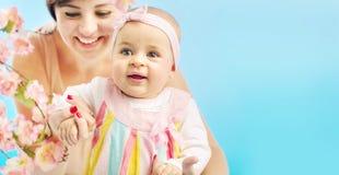 Donna adorabile con il suo bambino sveglio Fotografia Stock