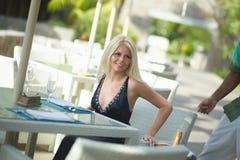 Donna adorabile e attraente che si siede nel ristorante Fotografie Stock Libere da Diritti