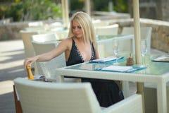 Donna adorabile e attraente che si siede nel ristorante Fotografia Stock Libera da Diritti
