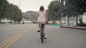 Donna adorabile su una bici video d archivio