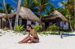 Donna adorabile sulla spiaggia durante la vacanza caraibica Immagine Stock