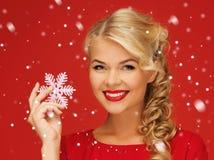 donna adorabile in vestito rosso con il fiocco di neve Fotografia Stock