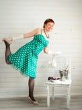 Donna adulta attraente che porta vestito verde macchiato Fotografia Stock