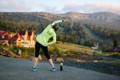Donna adulta che fa allenamento nel parco Immagine Stock