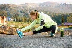 Donna adulta che fa allenamento nel parco Forma fisica di stile di vita Fotografia Stock Libera da Diritti