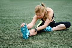 Donna adulta che fa allenamento nello stadio Forma fisica di stile di vita Immagini Stock