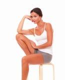 Donna adulta che se vi siede e che esamina Fotografia Stock