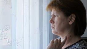 Donna adulta che tocca una talpa sul suoi collo e fronte archivi video