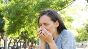 Donna adulta che tossisce in un parco archivi video