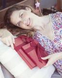 Donna adulta con un regalo il giorno dei biglietti di S. Valentino fotografia stock libera da diritti