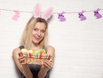 Donna adulta felice con con le uova di Pasqua Immagine Stock Libera da Diritti