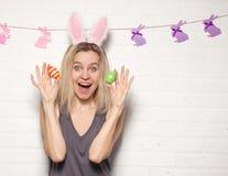 Donna adulta felice con con le uova di Pasqua Immagini Stock Libere da Diritti