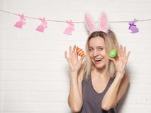 Donna adulta felice con con le uova di Pasqua Immagine Stock