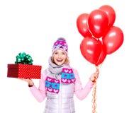 Donna adulta felice di divertimento con il contenitore ed i palloni di regalo rossi Fotografie Stock Libere da Diritti