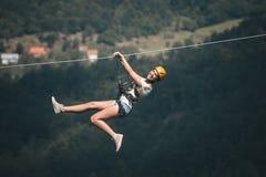 Donna adulta sulla linea dello zip Fotografia Stock
