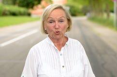 Donna adulta in tutta la camminata bianca alla via Fotografie Stock Libere da Diritti