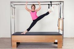 Donna aerobica dell'istruttore di Pilates in cadillac Immagine Stock Libera da Diritti