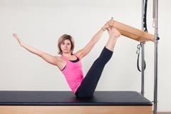 Donna aerobica dell'istruttore di Pilates in cadillac Fotografia Stock Libera da Diritti
