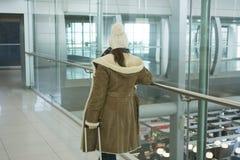 Donna in aeroporto che wayting Fotografia Stock