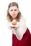 Donna affamata con la focaccina dolce squisita Fotografie Stock Libere da Diritti