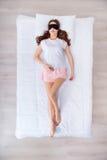 Donna affascinante che si trova a letto Immagine Stock Libera da Diritti