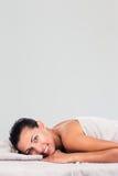 Donna affascinante che si trova sulla chaise-lounge di massaggio fotografie stock libere da diritti