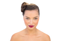 Donna affascinante con le labbra rosse che esaminano macchina fotografica Fotografie Stock
