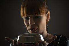 Donna affascinante con una ciotola Fotografia Stock Libera da Diritti