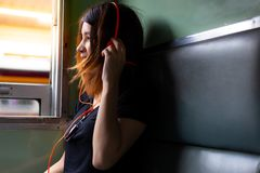 Donna affascinante del ritratto bella La bella ragazza attraente è fotografia stock libera da diritti