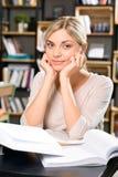 Donna affascinante nella sala di lettura delle biblioteche Fotografia Stock