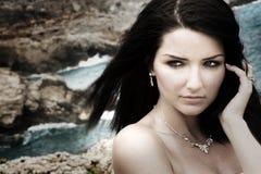 Donna affascinante sul litorale Fotografia Stock