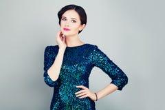 Donna affascinante in vestito alla moda da scintillio Immagine Stock