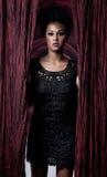 Donna affascinante in vestito nero fotografie stock libere da diritti
