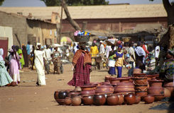 Donna africana al servizio, Segou, Mali Immagini Stock Libere da Diritti