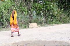 Donna africana che guarda indietro Fotografie Stock