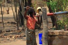 Donna africana che preleva acqua Fotografia Stock Libera da Diritti