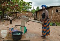 Donna africana che preleva acqua Immagini Stock Libere da Diritti